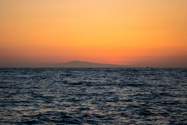 Mar, horizonte e montanha