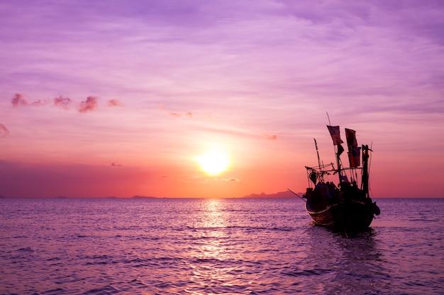 Mar locals barcos de pesca ao pôr do sol