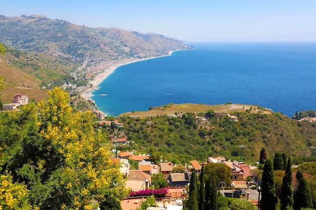 Mar mediterrâneo azul e montanhas verdes, taormina, ilha da sicília, itália