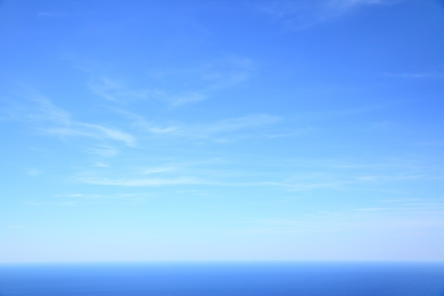 Mar mediterrâneo - bela vista do mar, horizonte do mar e céu azul, foto de fundo natural