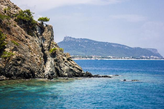 Mar mediterrâneo calmo e montanhas com árvores verdes em antalya