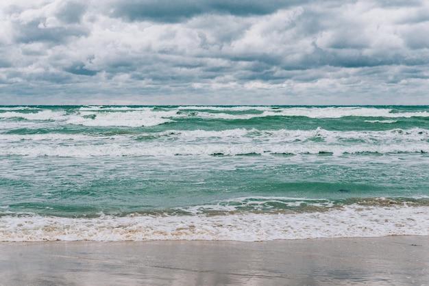 Mar negro tempestuoso durante o dia