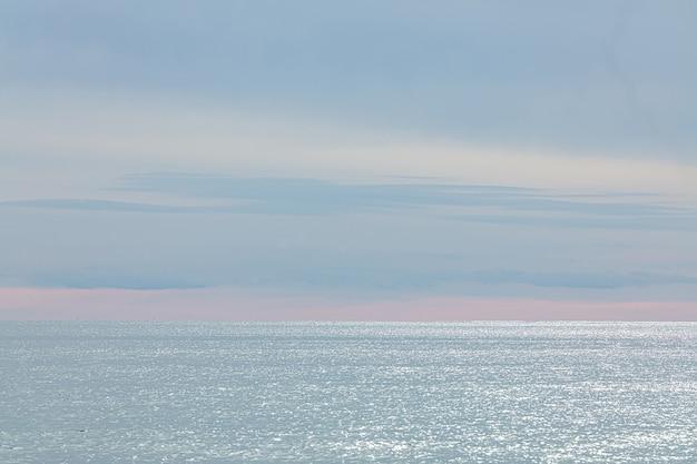 Mar no inverno com um lindo céu nublado