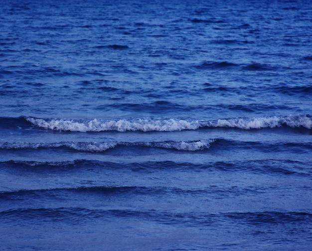Mar, noite, horário de verão. fundo da natureza