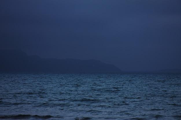 Mar, noite, horário de verão.