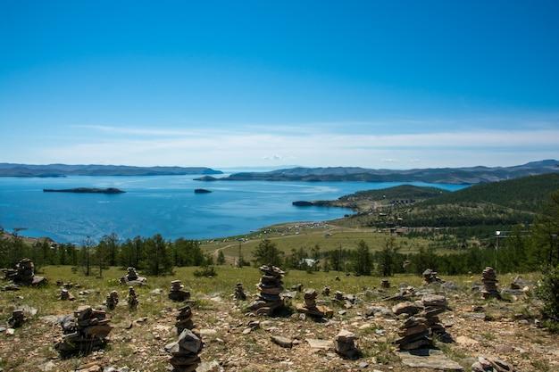 Mar pequeno. lago sibéria baikal no verão