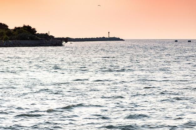 Mar pôr do sol ao longo do cais