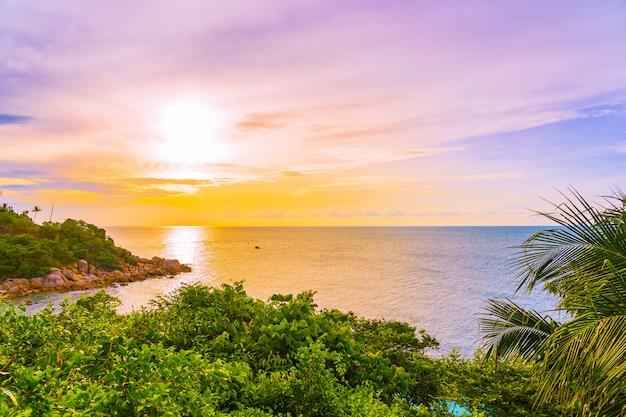 Mar praia tropical ao ar livre bonito em torno da ilha samui com coqueiro e outros ao pôr do sol