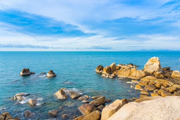 Mar praia tropical ao ar livre bonito em torno da ilha samui com coqueiro e outros