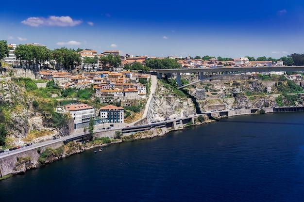 Mar rodeado de edifícios e vegetação no porto sob o sol em portugal