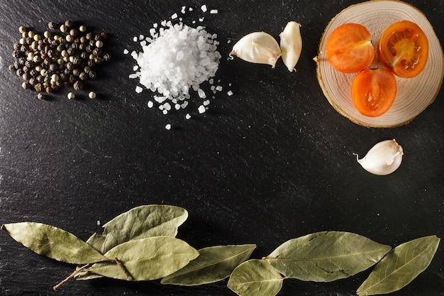 Mar, sal, pimenta, cereja, tomates, e, folha baía, ligado, pretas, rústico, sla