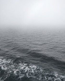 Mar salish sereno na colúmbia britânica, coberto de névoa espessa