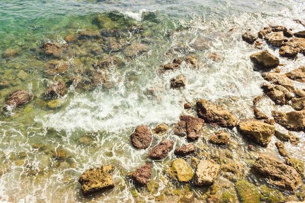 Mar surf no mediterrâneo. pedras molhadas e ondas