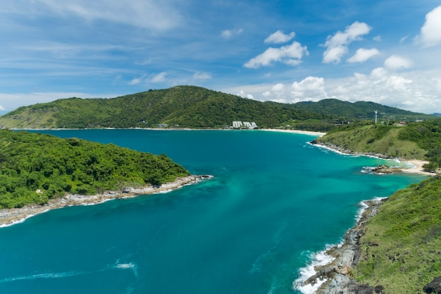 Mar tropical bela paisagem mar de andaman na temporada de verão em phuket tailândia fundo bonito de viagens e fundo de natureza de design de site.