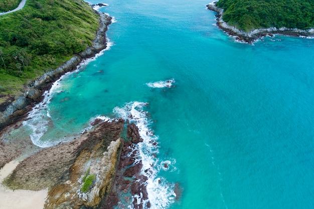 Mar tropical com bela ilha em phuket tailândia