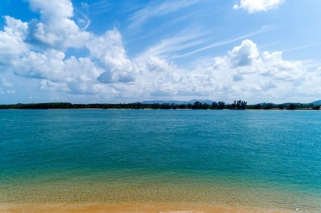Mar tropical com céu azul claro e nuvens brancas