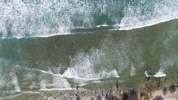 Mar tropical, com, onda, bata, ligado, praia, vista aérea, drone, tiro