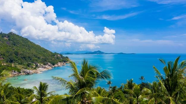 Mar tropical da vista aérea e céu azul em ko samui, surat thani, tailândia.
