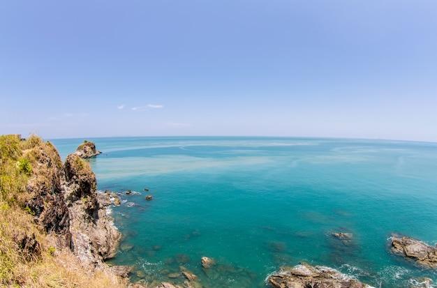 Mar tropical e céu azul, mar de andaman, tailândia