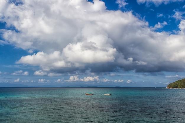 Mar tropical e céu com nuvens