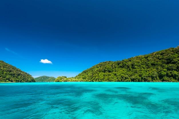 Mar tropical limpo e brilhante com céu azul na ilha de surin, tailândia