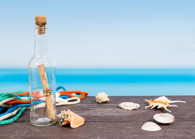 Mar tropical, visto do barco. mensagem na garrafa na mesa