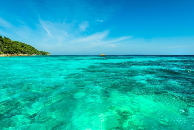 Mar turquesa maravilhoso no mar de andaman