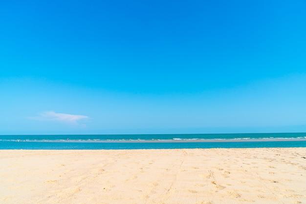 Mar vazio da praia para o fundo