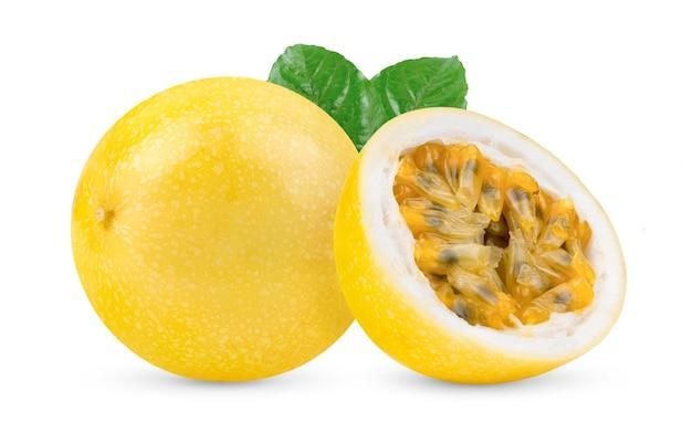 Maracujá amarelo isolado em fundo branco