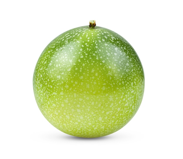 Maracujá verde isolado no fundo branco