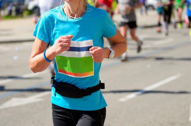 Maratona corrida, corredor de mulher na estrada, esporte, fitness e conceito de estilo de vida saudável
