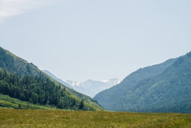 Maravilhosa paisagem alpina com grandes montanhas nevadas