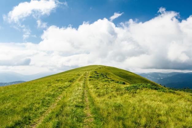 Maravilhosa paisagem das montanhas dos cárpatos ucranianos.