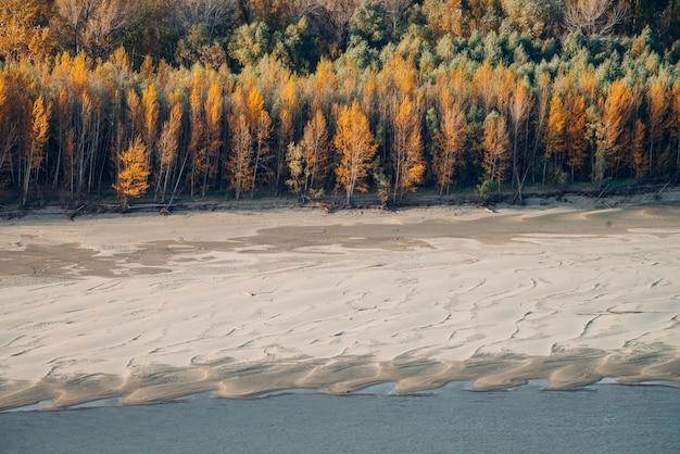 Maravilhosa paisagem de outono com folhagem multicolorida. riverbank cênico com as folhas da queda nas árvores. cenário com folhagem laranja amarela. lindo outono dourado.