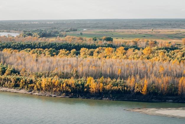 Maravilhosa paisagem de outono com folhagem multicolorida.