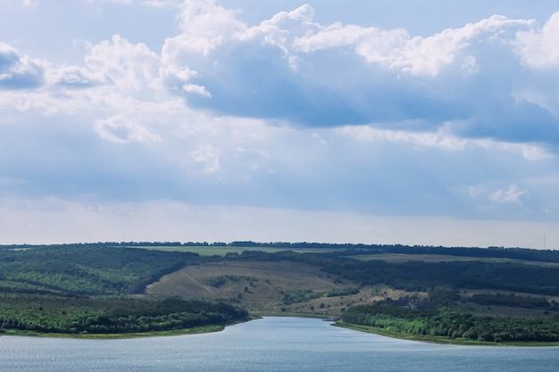 Maravilhosa paisagem de uma baía e um lindo céu com grandes nuvens azuis