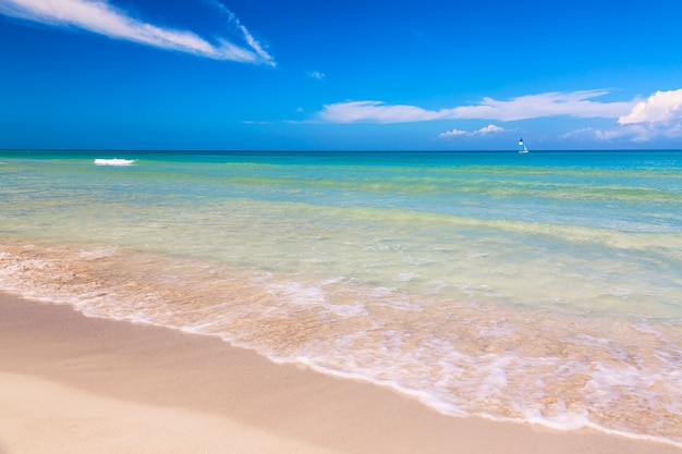 Maravilhosa praia tropical de varadero em cuba com veleiro em um dia ensolarado com água turquesa