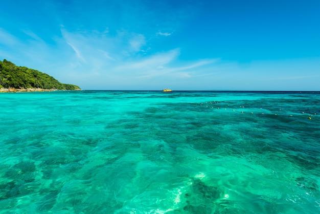 Maravilhosa superfície de água turquesa no mar de andaman, superfície de água do mar bonita