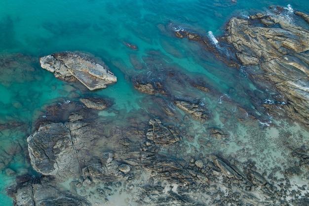 Maravilhosa vista aérea de ondas quebrando em rochas vista da natureza