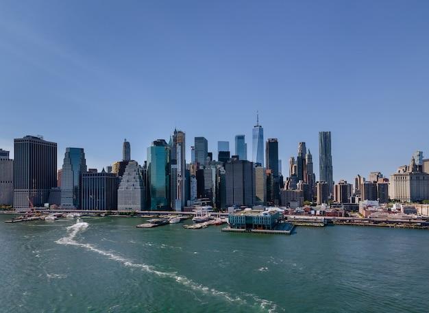 Maravilhosa vista aérea do panorama do centro de manhattan em nova york com arranha-céus históricos sobre o rio hudson