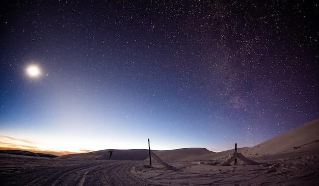 Maravilhosa vista noturna da estação de esqui com colinas e encostas