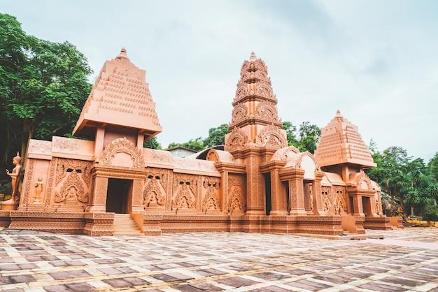 Maravilhosamente arquitetura em wat tham phu wa, kanchanaburi, tailândia
