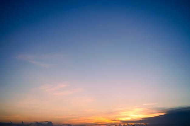 Maravilhoso crepúsculo da noite do céu. nuvem negra com paisagem ao ar livre da natureza do crepúsculo do sol dourado.