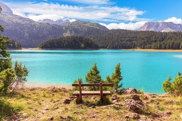 Maravilhoso lago negro no parque nacional de montenegro.