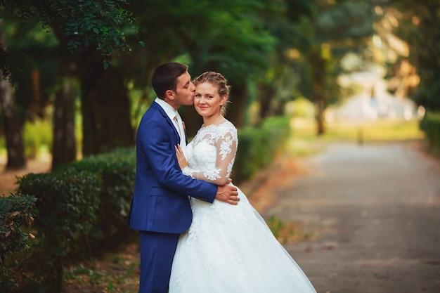 Maravilhoso noivo e noiva na floresta de verão