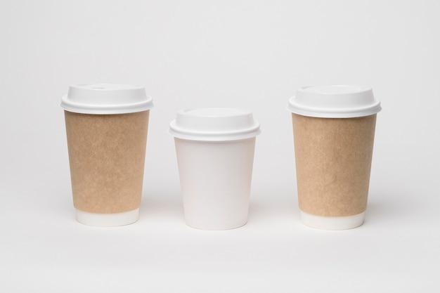 Marca de café com diferentes xícaras de alto ângulo