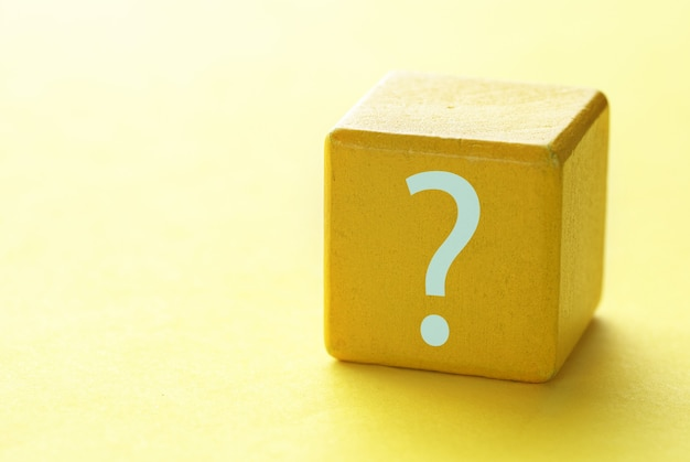 Marca de convidado é escrita em um bloco de madeira