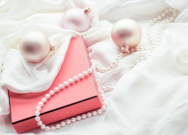Marca de feriados feliz doação e conceito de decoração natal feriado fundo enfeites festivos e caixa de presente vintage coral como presente de inverno para design de marca de luxo