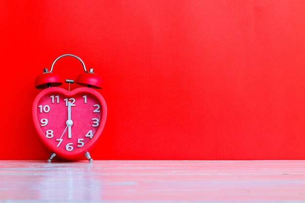 Marca do relógio vermelho às 6:00 horas