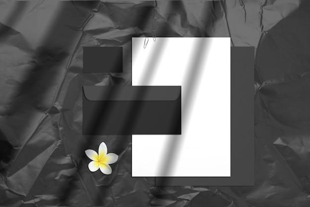 Marca em branco de verão com roxos cartões de visita, envelopes e blocos de notas isolados no escuro
